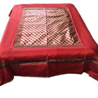 Rødt sengetæppe i art silke
