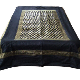 Sort sengetæppe i art silke