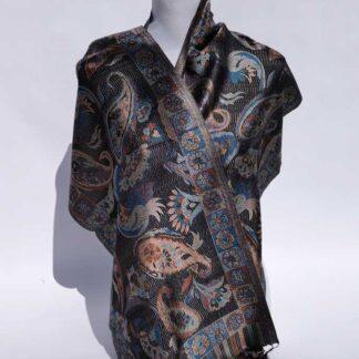 De eksklusive silke tørklæder er fremstillet af 100 % silke og er vendbare.
